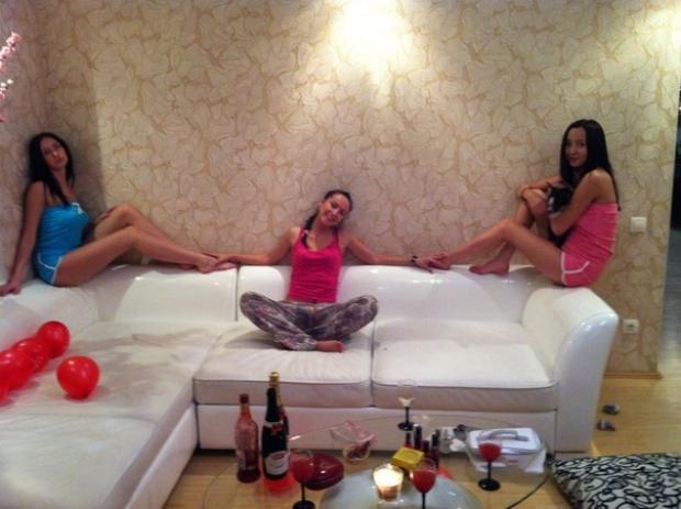 устраиваем с девочками тематические вечеринки, на этот раз это была Пижама-Пати)) с битвой подужками, маникюром, веселыми коктельчиками, сплетнями и гаданием :)