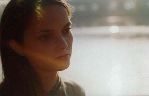 Фотопортрет дочери Елены, нежный и спокойной, от которого веет солнечной теплотой. Теплый дождь, сверканье вод,  -Жизнь души, весны приход?