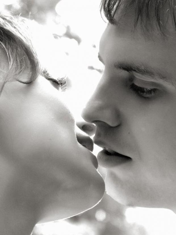 Любовь это -миг без любимого кажется вечностью , вечность с любимым кажется мигом