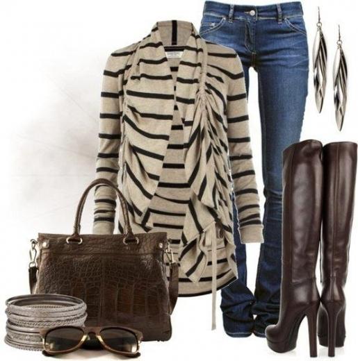 Высокие сапоги на каблуках, узкие джинсы и кардиган в полоску - вот образец стильного посведневного look.