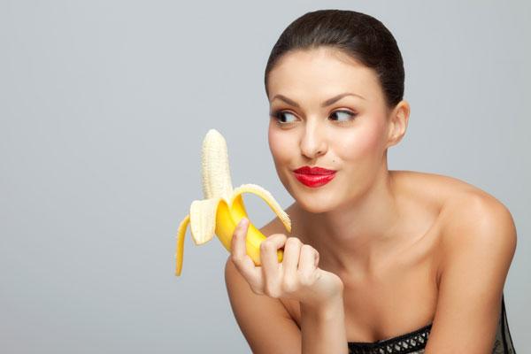 девушка с бананом фото