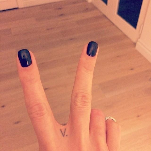 Какие бывают татуировки на пальцах (+ПРИМЕРЫ ЗВЕЗД) - фото №2