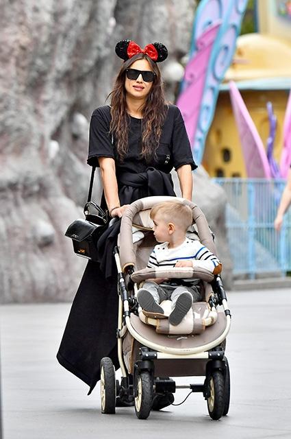 Беременная Ирина Шейк развлеклась в Диснейленде с мамой и сестрой (ФОТО) - фото №3