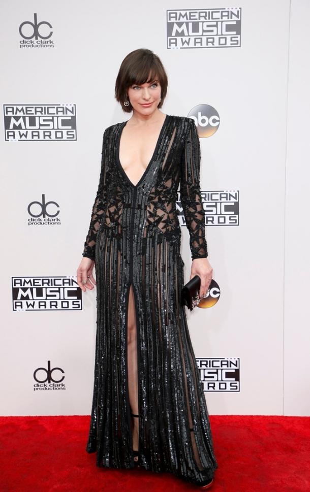 Милла Йовович удивила откровенным нарядом на American Music Awards-2016 (ФОТО) - фото №1