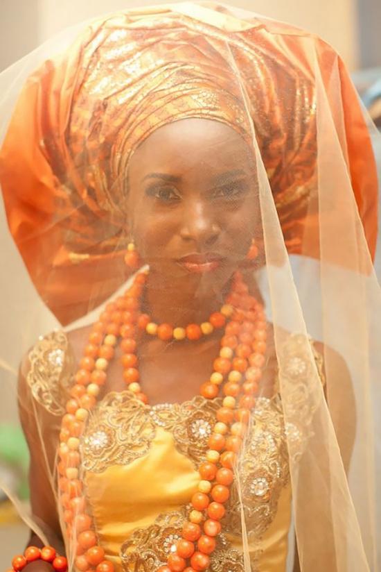 Как выглядят традиционные свадебные наряды по всему миру: огромные головные уборы и необычные узоры - фото №1