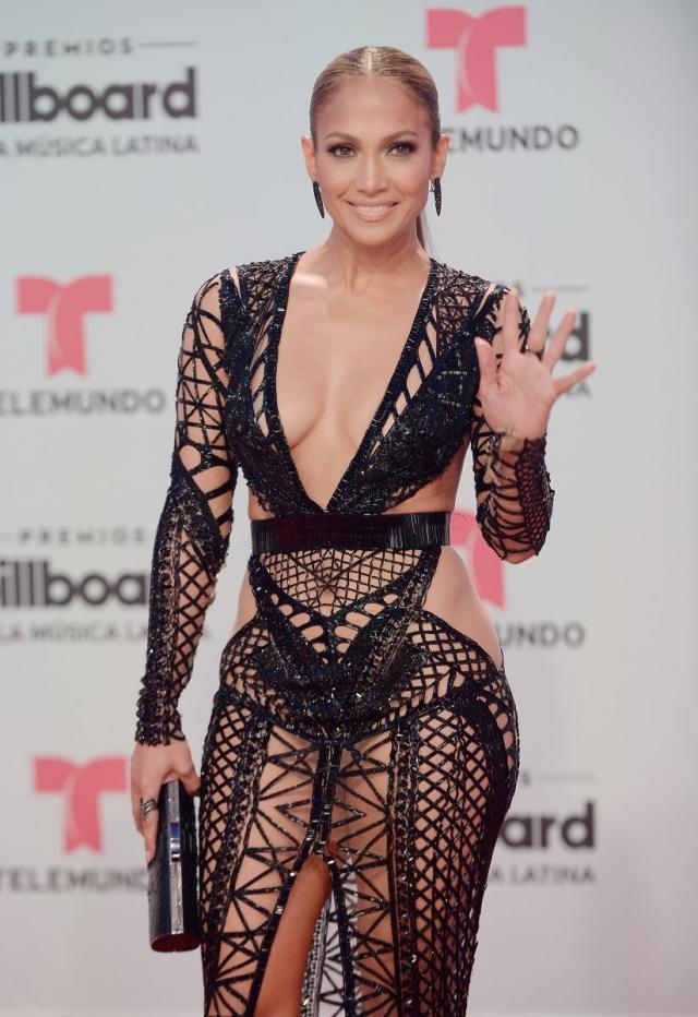 Дженнифер Лопес впечатлила смелым прозрачным платьем в крупную сетку (ФОТО) - фото №2