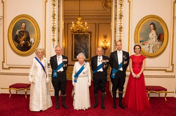 Кейт Миддлтон снова появилась в тиаре принцессы Дианы: новый официальный портрет британских монархов (ФОТО) - фото №1