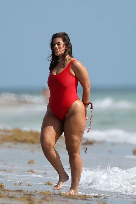 Спасательница Малибу: модель-пышка Эшли Грэм показала неидеальные формы в купальнике (ФОТО) - фото №2