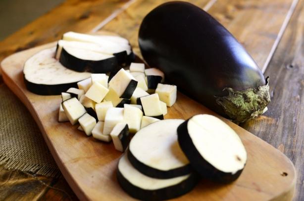 Вкусный салат из баклажанов на зиму: рецепт закуски, в которую добавляют перец и помидоры - фото №2