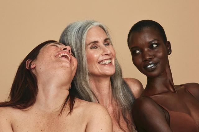 Обычные женщины с обычными телами в рекламной фотосессии косметического бренда - фото №9