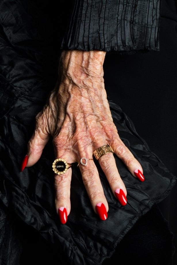 Волшебные руки: вышла рекламная кампания аксессуаров, моделями которой стали потрясающие женщины в возрасте - фото №2