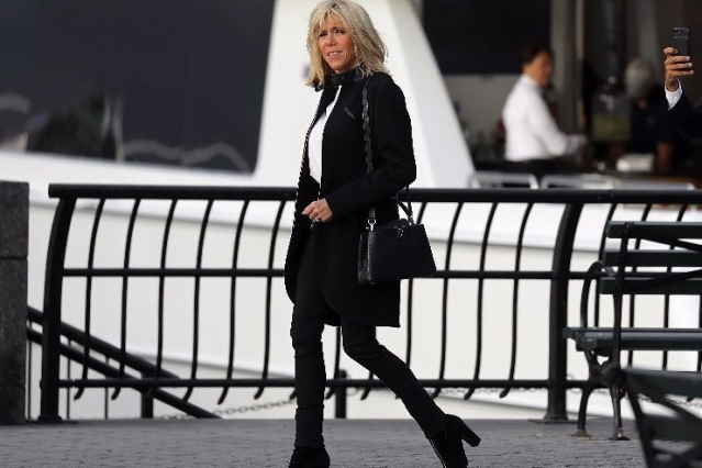 Street style от первой леди: Бриджит Макрон вышла в свет в джинсах и футболке (ФОТО) - фото №2