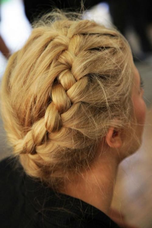 Какую прическу сделать на последний звонок: лучшие прически на длинные и средние волосы (ФОТО) - фото №24