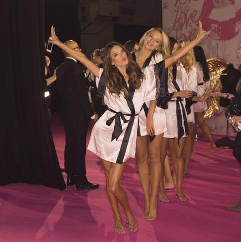 Как женщине выглядеть в спальне: Ангелы Victoria's Secret показали класс - фото №3