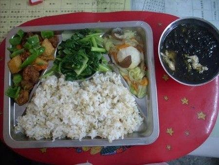 Как выглядит школьный обед в разных странах мира? - фото №12