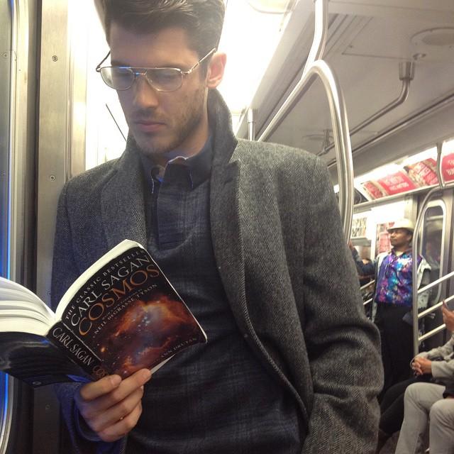 Срочно подписаться: Инстаграм с фотографиями читающих в метро мужчин - фото №3