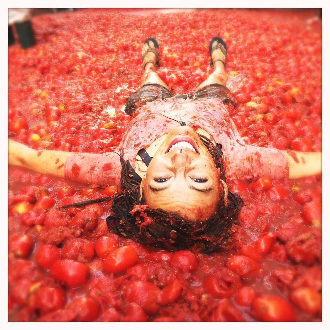 Чем занимались звезды на прошлой неделе: красотки в бикини и Блейк Лайвли в помидорах - фото №6