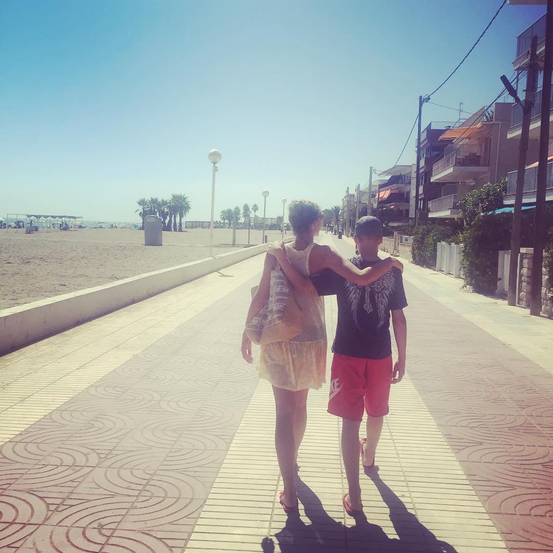 Как отдыхают звезды: Катя Осадчая проводит отпуск с повзрослевшим сыном в Испании - фото №3
