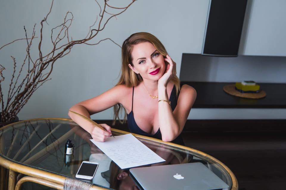 Елена Кравец и другие знаменитости снялись в ролике с душевным стриптизом - фото №1