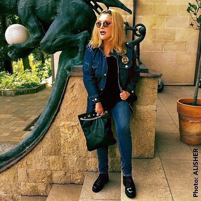 пугачева в джинсах