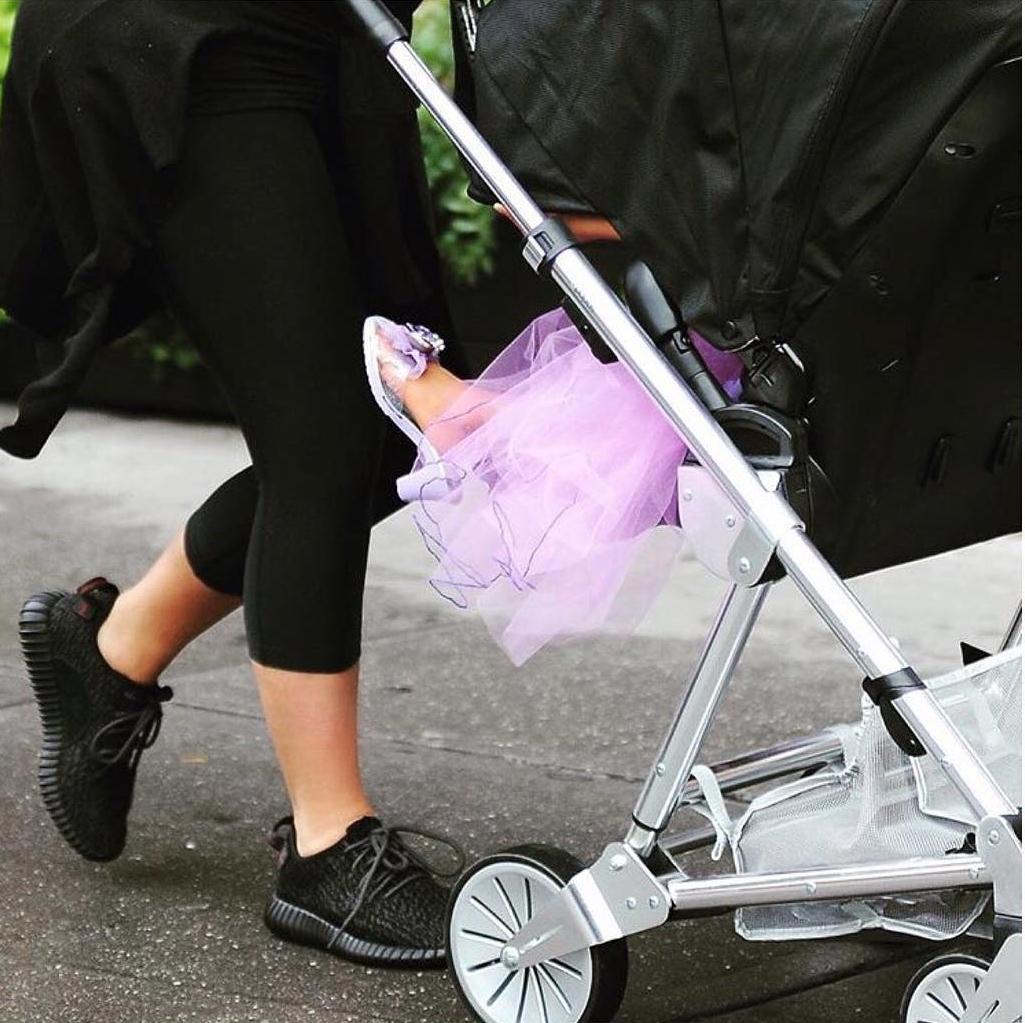 С двух лет на каблуках: Ким Кардашьян учит дочь носить взрослую обувь - фото №2