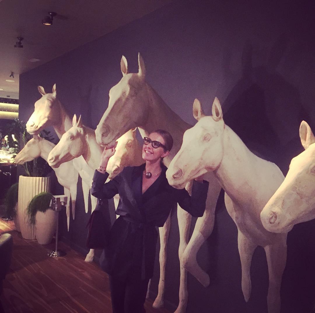 На коне: Ксения Собчак иронично позирует рядом с лошадьми - фото №1