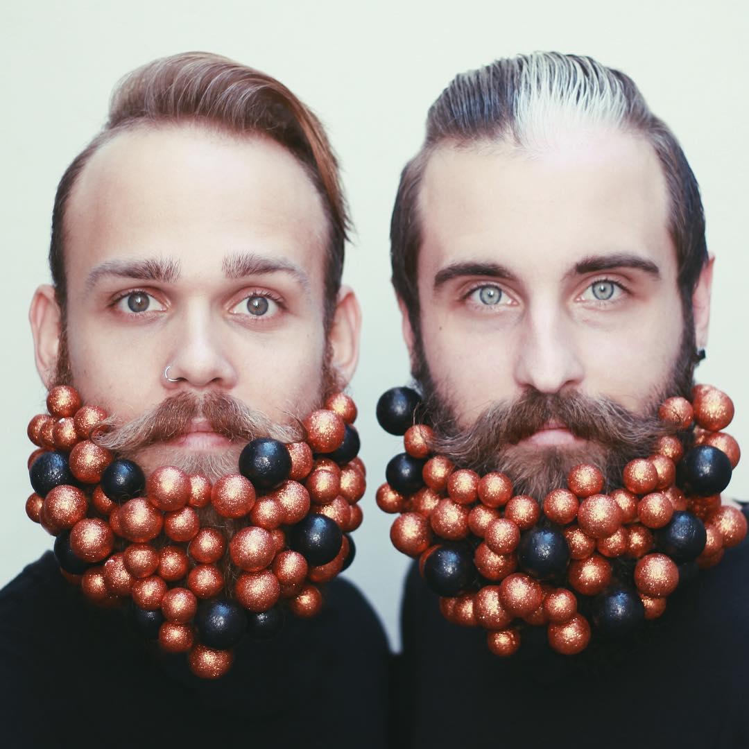 Блестки в бороду: два друга придумывают необычные украшения для своих бород - фото №3