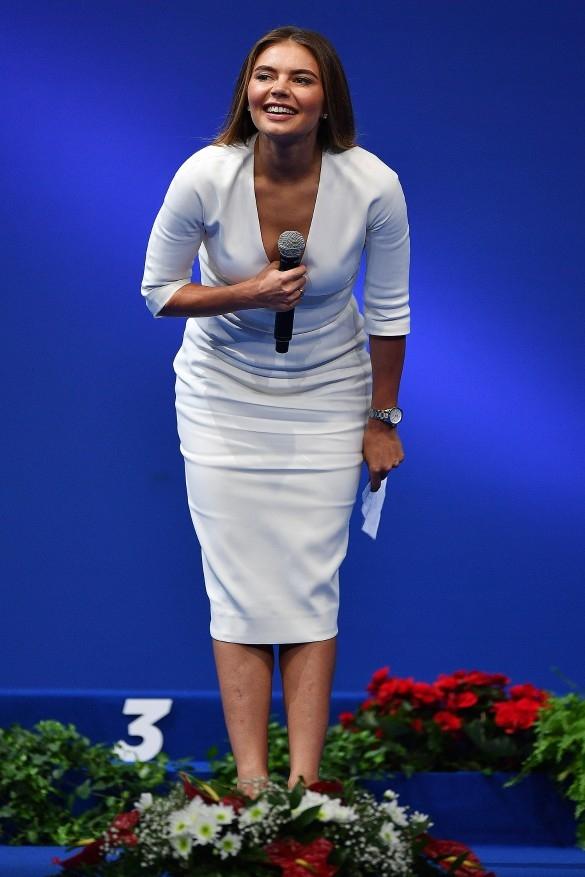 Вот это декольте: Алина Кабаева в Италии впечатлила классическим платьем с акцентом на вырезе (ФОТО) - фото №2