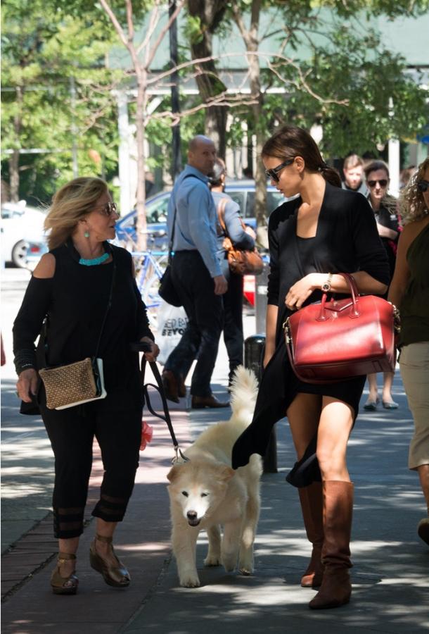 Ирина Шейк сходила на шопинг с мамой Брэдли Купера (ФОТО) - фото №2
