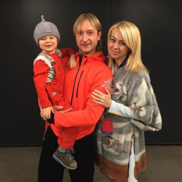 Евгений Плющенко и Яна Рудковская с сыном