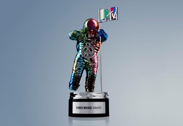 MTV Video Music Awards 2015: пикантные костюмы ведущей и список победителей - фото №1