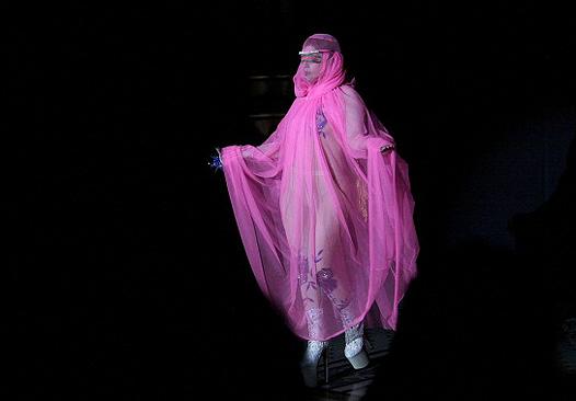 Неделя моды в Лондоне: Леди Гага на показе Philip Treacy - фото №2