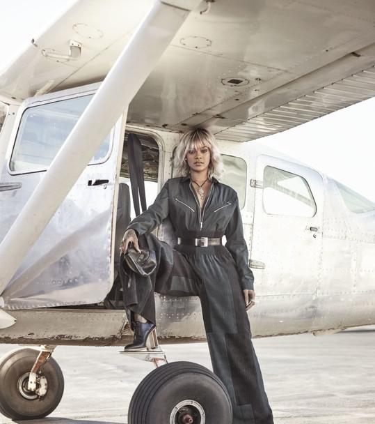Рианна перекрасилась в блондинку и села за штурвал вертолета (ФОТО) - фото №3