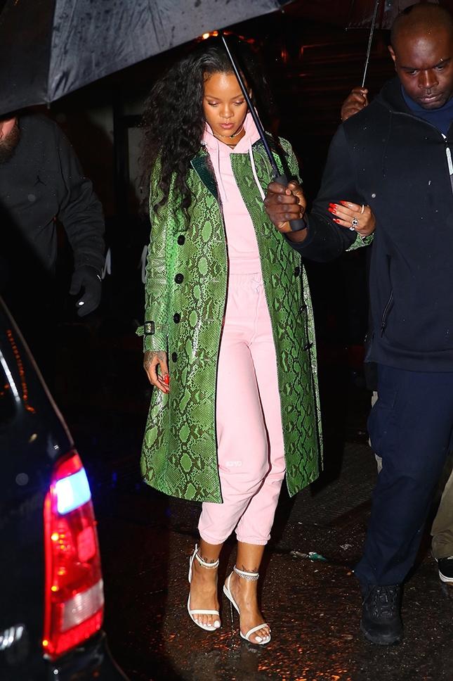 Вдохновение дня: Рианна показывает, как носить розовый спортивный костюм и зеленое пальто со змеиным принтом