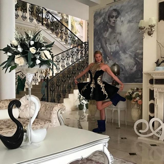 Валенки и вечернее платье: хейтеры высмеяли Анастасию Волочкову за нелепый наряд (ФОТО) - фото №1
