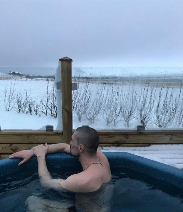 Как отдыхают звезды: лысый Дима Билан в ушанке удивил своим образом в Исландии (ФОТО) - фото №2