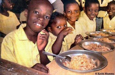 Как выглядит школьный обед в разных странах мира? - фото №19