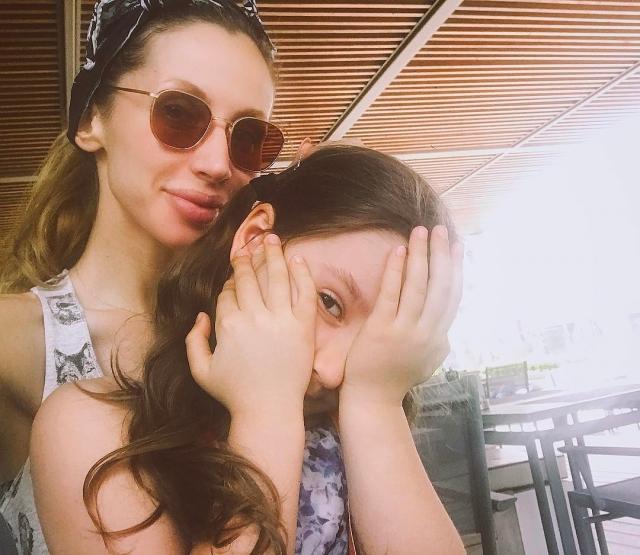 Как отдыхают звезды: 6-летняя дочь LOBODA фотографирует певицу в стильном образе на берегу моря (ФОТО) - фото №2