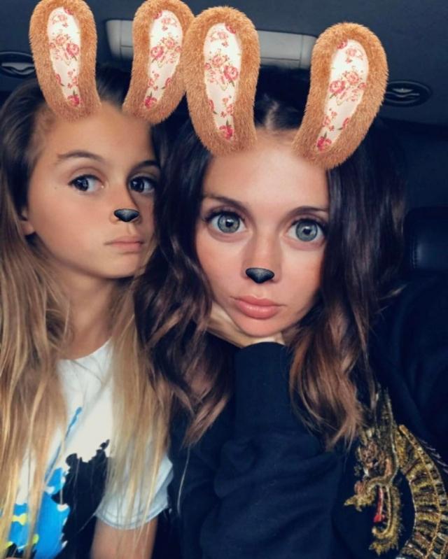 12-летняя дочь Анны Седоковой стала блогером: челлендж с сестрой, откровения о чужой стране и личный семейный архив (ВИДЕО) - фото №1