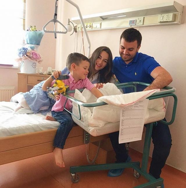 Знакомство с братом: Григорий Решетник показал трогательное ФОТО с новорожденным и старшим сыновьями - фото №1