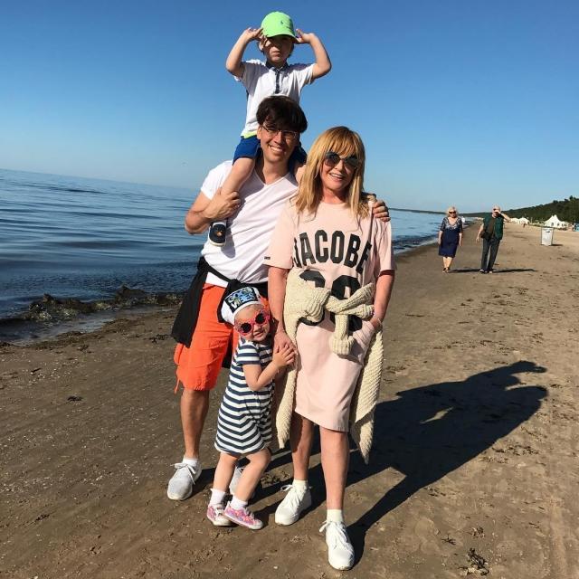Максим Галкин показал счастливую Аллу Пугачеву и трехлетних двойняшек на пляже в Юрмале (ФОТО) - фото №1