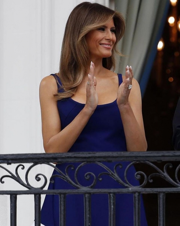 мелания трамп в синем платье