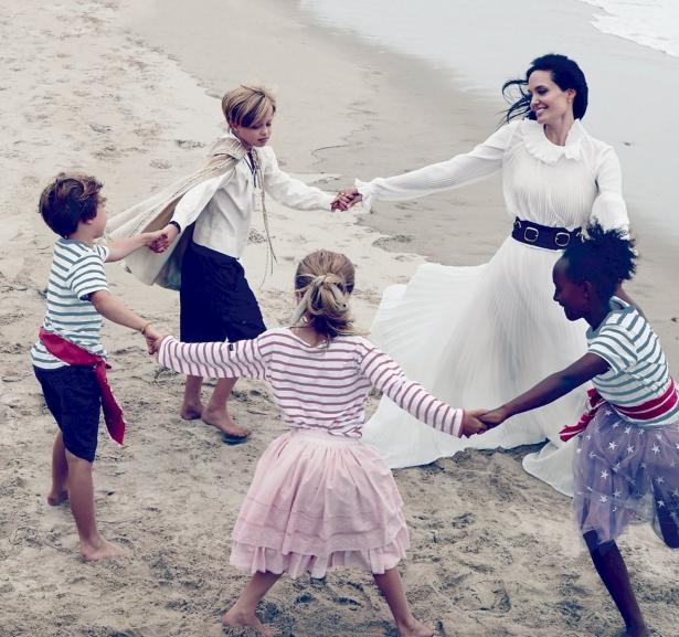 Анджелина Джоли с Брэдом Питтом и детьми снялись в волшебной фотосессии для Vogue - фото №1
