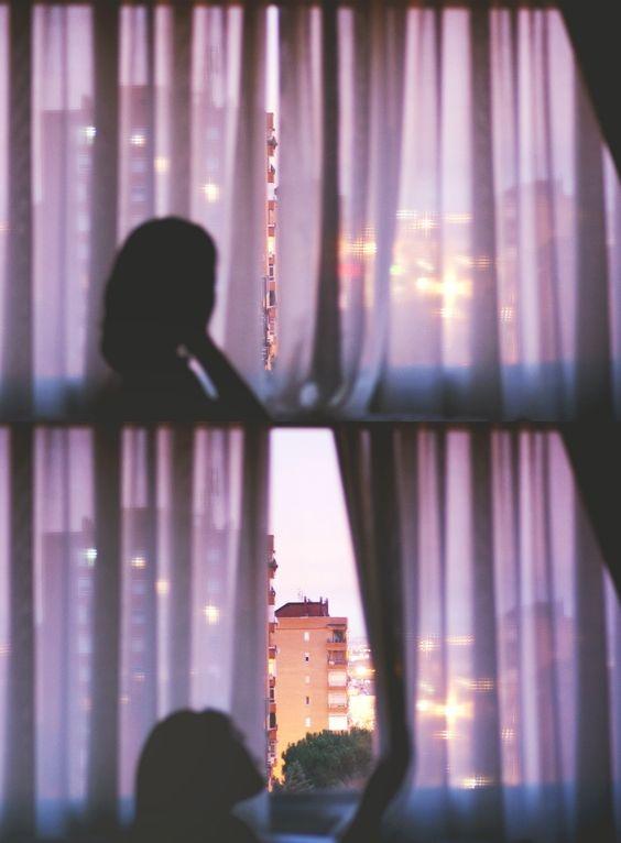 Чтобы спать днем, задерните шторы и наденьте маску