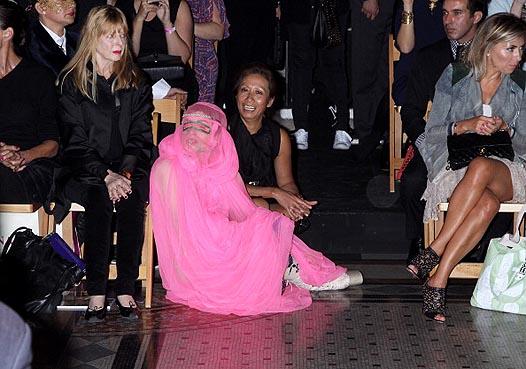 Неделя моды в Лондоне: Леди Гага на показе Philip Treacy - фото №5