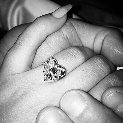 Как звезды отметили День влюбленных: Леди Гага выходит замуж - фото №2
