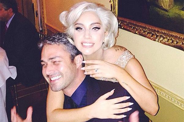 Как звезды отметили День влюбленных: Леди Гага выходит замуж - фото №1