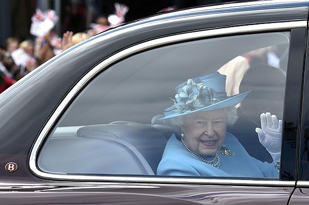 Королева бензоколонки: Елизавета II ездит без прав по газонам - фото №3