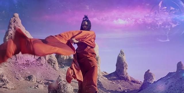 Ты космос, детка: оранжевое наваждение в новом клипе Рианны Sledgehammer