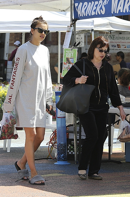Ирина Шейк отоварилась на рынке: как выглядит супермодель на последних месяцах беременности (ФОТО) - фото №1